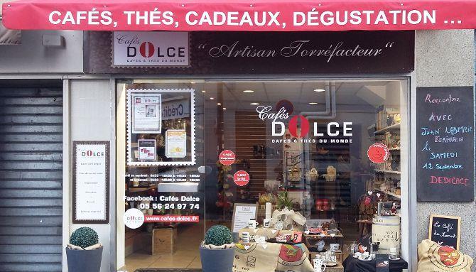 Cafés Dolce 1/6 : Vue d'ensemble de l'habillage extérieur, vitrophanie, panneaux Dibond, adhésifs Vinyl