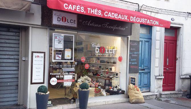 Cafés Dolce 2/6 : Vue d'ensemble de l'habillage extérieur, intégration dans le contexte urbain