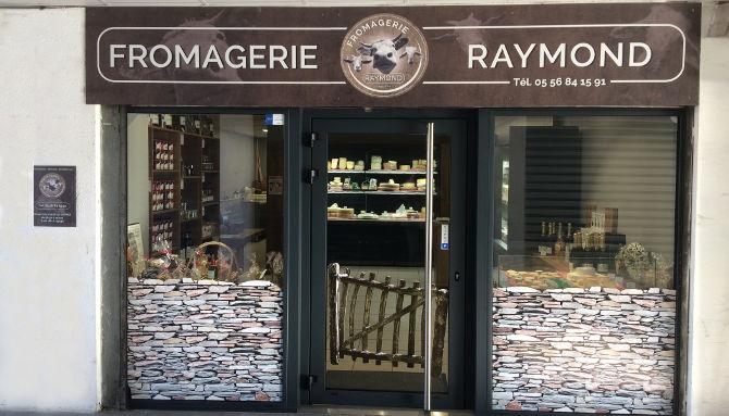 Pour la boutique Fromagerie Raymond : Création du panneau dibon pour l'enseigne, adhésif sur mesure pour habiller le bas de la vitrine dans un esprit champêtre